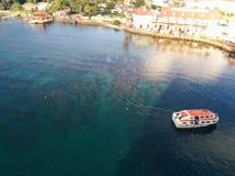 Bootreizen over duidelijk overzees en koraal naar kust stock foto