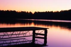 Boots-Dock am Sonnenuntergang Stockbild