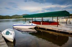 Boots-Dock und Boote auf Lake Placid Lizenzfreie Stockfotografie