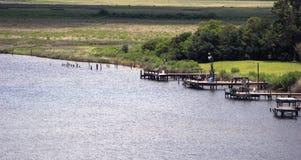 Boots-Docks auf den Banken des Flusses stockfoto