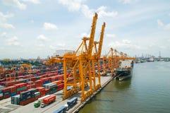 Boots-Fracht-Transport- und Bangkok-Stadt lizenzfreie stockfotos