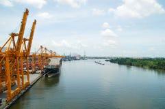 Boots-Fracht-Transport- und Bangkok-Stadt stockfotos