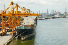 Boots-Fracht-Transport- und Bangkok-Stadt lizenzfreie stockbilder