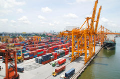 Boots-Fracht-Transport- und Bangkok-Stadt lizenzfreies stockfoto