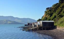 Boots-Häuser auf Akaroa-Hafen, Neuseeland. Lizenzfreies Stockbild