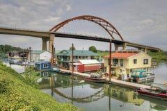 Boots-Häuser unter der Brücke Lizenzfreie Stockfotografie
