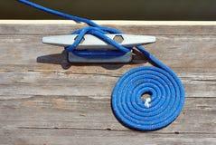 Boots-Seil gebunden am Dock Stockbilder