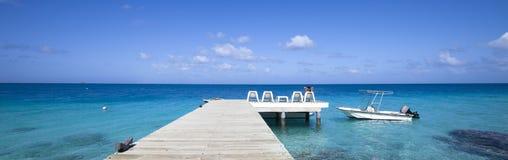 Boots- und Frauenfrontseite der blauen Lagune Stockbild