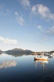 Boots- und Wolkenspiegelung fishig der lofotens Lizenzfreies Stockfoto