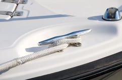 Bootsbügelnahaufnahme mit dem Seil befestigt Lizenzfreies Stockfoto