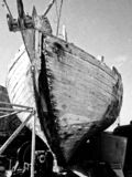 Bootschipbreuk die op land, in zwart-wit bevinden zich worden bevestigd stock foto