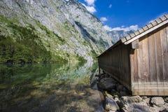 Bootsdock auf Obersee alpinem See Lizenzfreie Stockfotografie