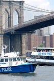 Bootsdurchlauf unter der Brooklyn-Brücke Stockbilder