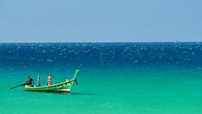 Bootsexkursionen, die in das Meer von tropischen Stränden an einem sonnigen Tag schwimmen stock footage