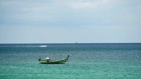 Bootsexkursionen, die in das Meer von tropischen Stränden an einem sonnigen Tag schwimmen stock video