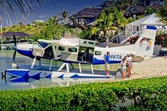 Bootsfahrer, die Wasserflugzeug an Abakus-Gasthaus, Elbo Cay Abaco, Bahamas fotografiert Stockbilder