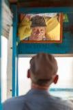 Bootsfahrerblick auf den Spiegel Lizenzfreies Stockbild