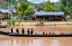 Bootsfahrt auf Inle See, um die traditionellen sich hin- und herbewegenden Dörfer und die Felder des Sees lizenzfreie stockfotos