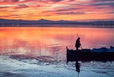 Bootsfahrt im Sonnenuntergang des ruhigen Wassers des Albufera Des Valencia, Spanien stockfotos