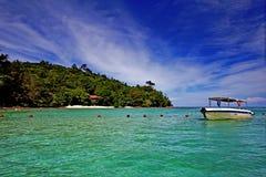 Bootsfahrt zur tropischen Insel Stockfoto