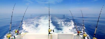 Bootsfischen, das panoramisches Gestänge und Bandspulen mit der Schleppangel fischen lizenzfreie stockfotografie