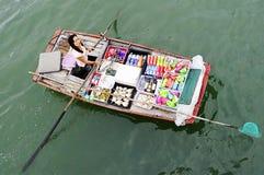 Bootsfrau, die Waren in Halong-Bucht verkauft Lizenzfreie Stockfotos
