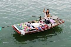 Bootsfrau, die Waren in Vietnam verkauft Stockfotografie