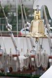 Bootsglocke an Bord eines Segelboots Stockfoto