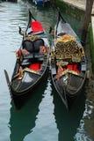 Bootsgondeln auf Kanal in Venedig Stockbild