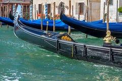 Bootsgondeln am Pier in Venedig, Italien Stockfoto