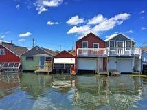 Bootshäuser auf dem Wasser Stockfoto