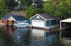 Bootshäuser auf einem Fluss Lizenzfreie Stockfotografie