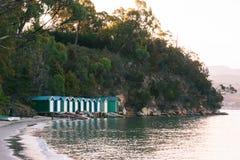 Bootshütten an Coningham-Strand, Huon Valley, Tasmanien stockbilder