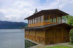 Bootshaus auf ausgeblutetem See stockfotografie