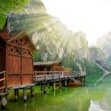 Bootshaus bei Lago di Braies Stockfoto
