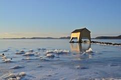 Bootshaus durch den Fjord Stockbilder