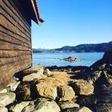 Bootshaus durch den Fjord Stockbild