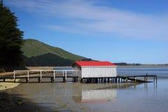 Bootshaus mit rotem Dach, lizenzfreie stockbilder