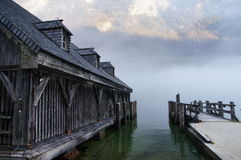 Bootshaus nahe bei nebelhaftem See Konigssee Lizenzfreie Stockbilder