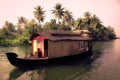 Bootshaus und die Stauwasser Lizenzfreie Stockbilder