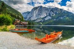 Bootshaus und hölzerne Boote auf dem See, Altaussee, Salzkammergut, Österreich Stockbild