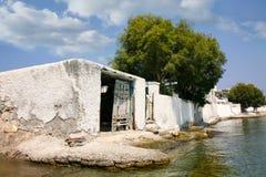 Bootshaus vor einem Strand Stockbilder