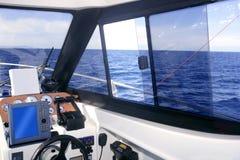 Bootsinnenraum mit Basissteuerpultinstrumenten Stockfotos