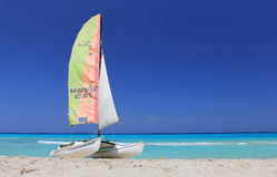 Bootskatamaran auf dem Strand lizenzfreies stockbild