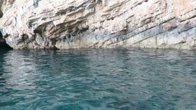 Bootskreide führend, schaukeln Sie Klippensandsteinformation in Korfu-Insel Griechenland stock video footage