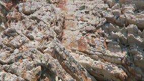 Bootskreide führend, schaukeln Sie Klippensandsteinformation in Korfu-Insel Griechenland stock video