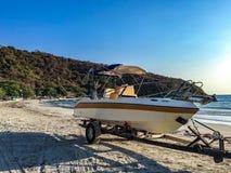 Bootslaufkatzenwagen mit einem Boot auf dem Strand stockfotos