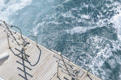 Bootsleiter, Plattform auf dem Heck der Yacht an einem sonnigen Tag und schönes blaues Meerwasser Stockfoto