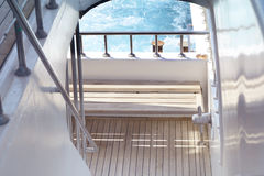 Bootsleiter, Plattform auf dem Heck der Yacht an einem sonnigen Tag und schönes blaues Meerwasser Stockbild