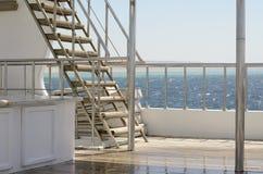 Bootsleiter, Plattform auf dem Heck der Yacht an einem sonnigen Tag und schönes blaues Meerwasser Lizenzfreie Stockfotos